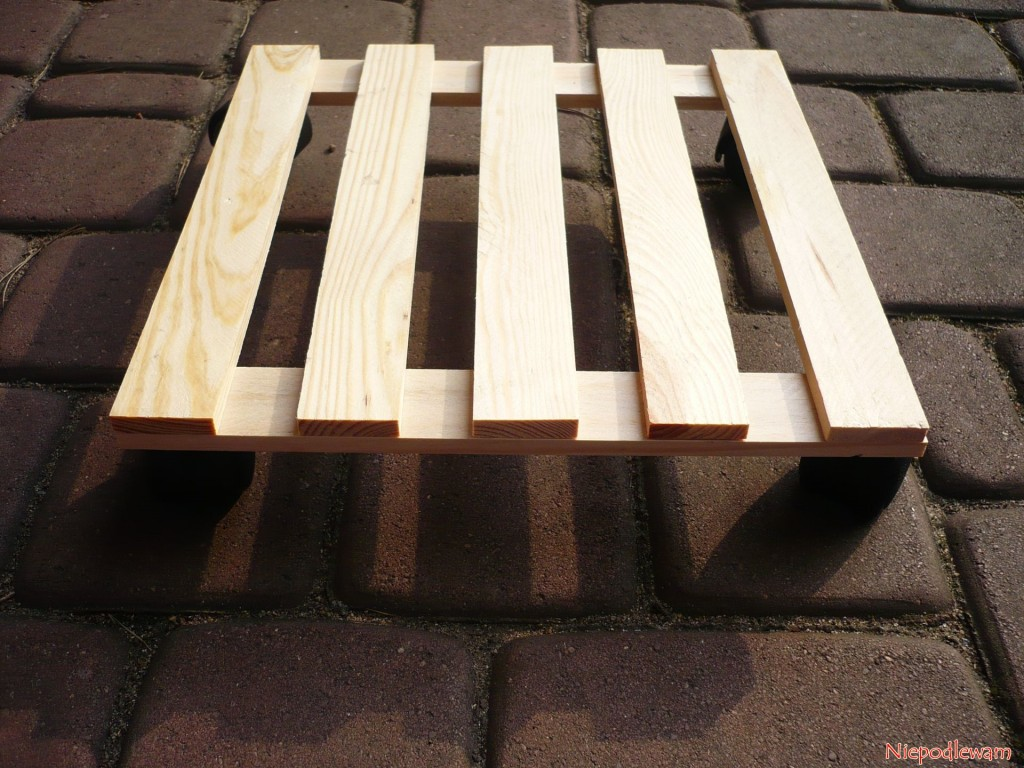 Taki podest na kółkach można ustawić pod beczką. Bardzo ułatwi jej przesuwanie, np. by pozamiatać taras czy balkon. Fot. Niepodlewam