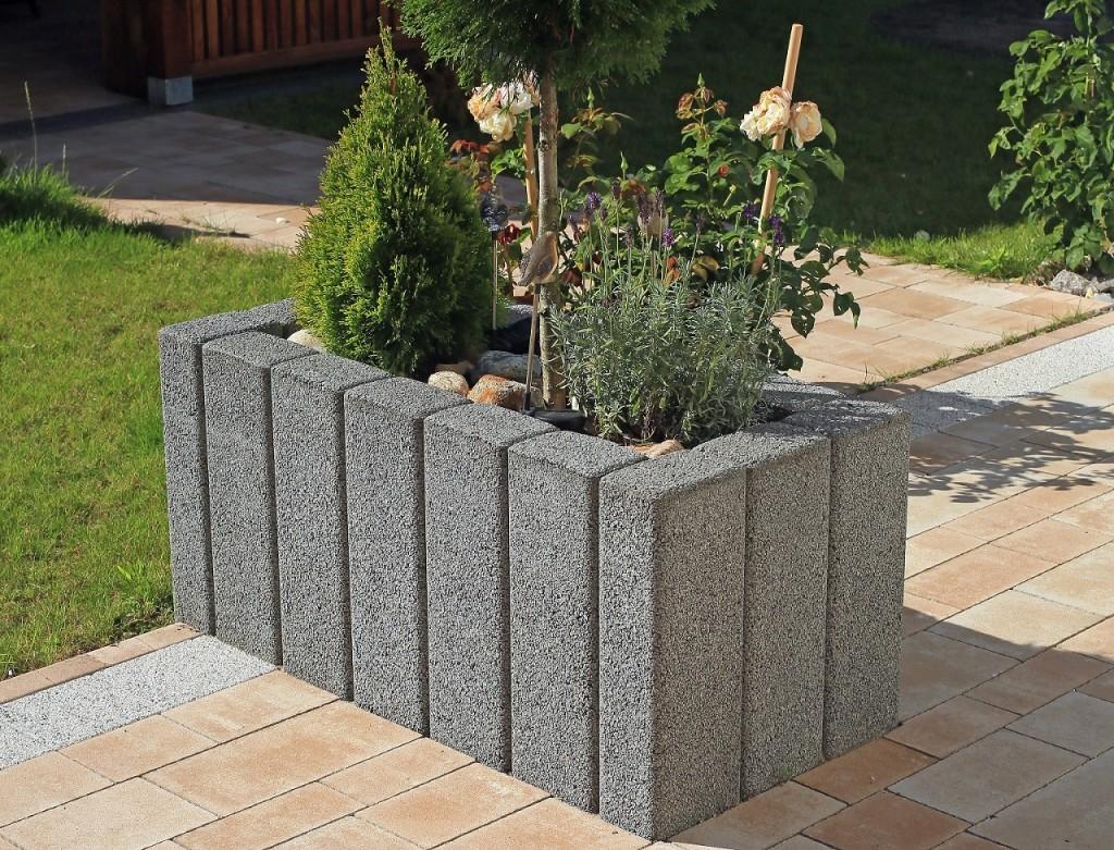 Palisada ogrodowa tworzy rodzaj dużej donicy. Wprojekcie jest wykorzystana palisada ogrodowa Zen Polbruk. Fot.Polbruk