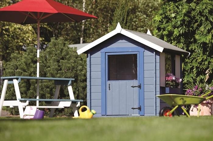 Drewniany domek pomalowany niebieską farbą Viva Garden. Fot.Viva Garden