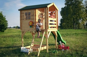 Domek z drewna dla najmłodszych na platformie (model Arek 4IQ). Fot. 4IQ