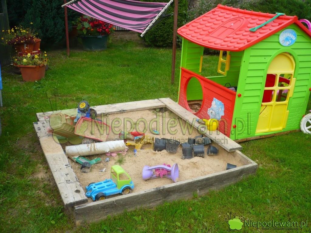 Plastikowe domki dla dzieci składa się irozkłada podobnie jak klocki. Fot.Niepodlewam