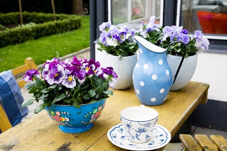 Bratki wemaliowanej misce. Fot.Flower Council of Holland/thejoyofplants.co.uk